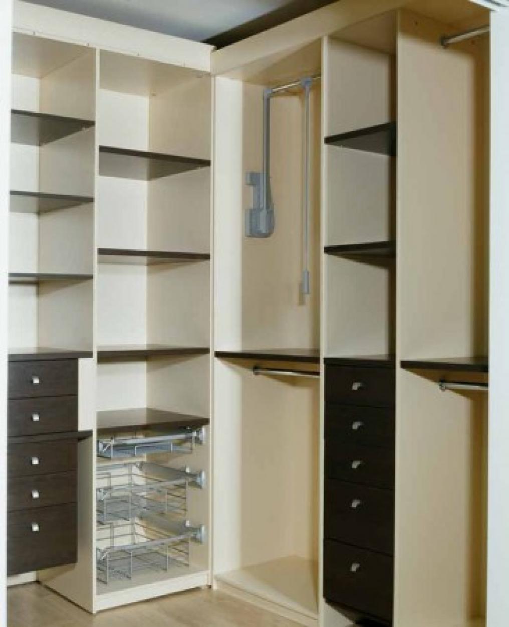 классические гардеробные, выполненные из плит ДСП разных цветов и текстуры